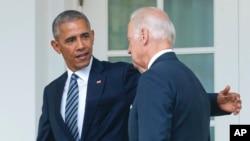 ອະດີດປະທານາທິບໍດີ Barack Obama ແລະອະດີດຮອງປະທານາທິບໍດີ Joe Biden ພາກັນຍ່າງໄປຫາຫ້ອງການຮູບຊົງໄຂ່ ພາຍຫລັງກ່າວຄໍາປາໄສຢູ່ສວນກຸຫລາບຢູ່ໜ້າທໍານຽບຂາວແລ້ວ (ພາບຖ່າຍໃນວັນທີ 9 ພະຈິກ, 2016)