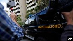 Un auto de la policía militar, la DGCIM, sale de un edificio en Caracas, el 20 de febrero de 2020.