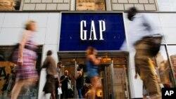 人们经过美国纽约曼哈顿的GAP服装零售店(2016年8月15日)。