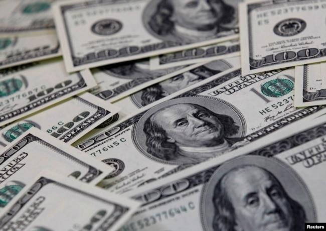 ماہرین کا کہنا ہے کہ ملک میں زیادہ ڈالر لانے کے لیے ملکی درآمدات کم کرنے کے اقدامات کرنا ہوں گے۔