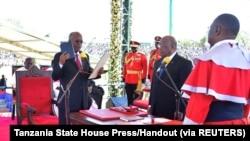 President John Pombe Magufuli tazali kolapa ndayi mpo na kotikala na ebonga ya mokonzi ya mboka, Dodoma, Tanzanie, 5 novembre 2020.