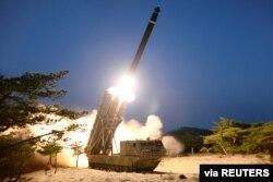 북한이 지난 3월 단거리탄도미사일로 추정되는 발사체 사진을 공개했다.