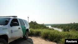 En la imagen se observa un vehículo de la Patrulla Fronteriza de EE.UU. en las cercanías del Rio Grande en Laredo, Texas, foto de archivo de septiembre de 2019.