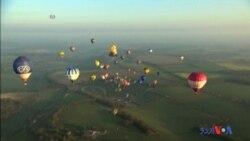 لندن پر رنگین غباروں کی پرواز