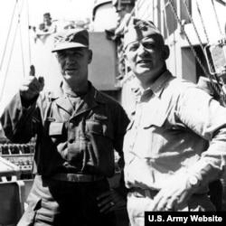 1951년 7월 8일 제임스 벤 플리트 장군(왼쪽)과 알레이 버크 해군 대장이 한국에 정박한 순양함 로스엔젤레스호 앞에서 사진촬영을 했다.