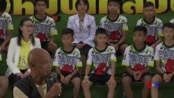 泰國青少年足球隊獲救後回答媒體提問