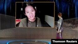 """ພາບທີ່ແຈກຢາຍໃຫ້ໃນງານມອບລາງວັນປະຈໍາປີ Golden Globe ຄັ້ງທີ 78 ທີ່ນະຄອນນີວຢອກສະແດງໃຫ້ເຫັນຮູບຂອງທ່ານນາງ Chloe Zhao ທີ່ໄດ້ຮັບລາງວັນຜູ້ກໍາກັບການສະແດງທີ່ດີເດັ່ນ- ສໍາລັບຮູບເງົາເລື້ອງ """"Nomadland"""""""