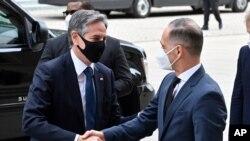 جرمنی کے وزیر خارجہ ہیکو ماس اپنے امریکی ہم منصب انٹنی بلنکن کا خیرمقدم کر رہے ہیں۔ 23 جون 2021
