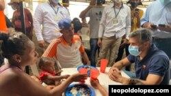 En la frontera colombo – venezolana, el líder opositor Leopoldo López escucho de primera mano las historias de sus compatriotas que han salido de su país huyendo a la crisis económica y social. Foto Cortesía leopoldolopez.com.