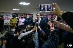 지난 4월 한국 국회의원 선거에서 당선이 확정된 태영호 전 영국주재 북한공사가 기자들과 인터뷰하고 있다.