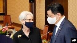 웬디 셔먼 미국 국무부 부장관이 21일 도쿄에서 열린 미한일 외무차관 회담장에서 최종건 한국 외교부 1차관과 대화하고 있다.