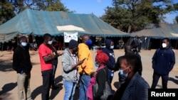 Abenegihugu ku murongo barindiriye gucandarwa COVID-19 i Harare, muri Zimbabwe, kw'itariki ya 8/07/2021.