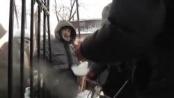 俄罗斯义工帮助穷人抵御严寒