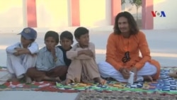 Những người luyện rắn cho trẻ em ăn nọc độc và ngủ với rắn hổ mang