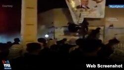 تصویر گرفته شده از ویدیوی منتسب به پاره کردن عکس یکی از مقامات حکومتی در سوسنگرد