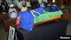 Isandugu ririmwo Dawda Jawara, mu birori vyo kumuherekeza ubwa nyuma, mu nama nshingamateka ya Gambiya i Banjul, kw'itariki 29/08/2019.