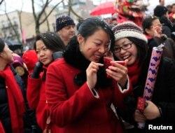 미국 뉴욕 차이나타운에서 중국 춘절을 맞아 열린 행사에 참석한 아시아계 미국인들.