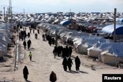 Perempuan berjalan melalui kamp pengungsian al-Hol di provinsi Hasaka, Suriah, 1 April 2019. (Foto: Reuters)