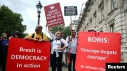 Des manifestants pro-Brexit et anti-Brexit brandissent des pancartes, le 3 septembre 2019, à Westminster, à Londres, en Grande-Bretagne