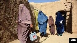 ماشومانو ته د پولیو خلاف څاڅکي ورکوونکي افغان مېرمنې