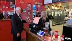Wakil Presiden AS Mike Pence memesan makan siang dari Beth Steele, pemilik kedai hamburger, Beth's Burger Bar di Orlando, Florida, 20 Mei 2020. (Steve Herman/VOA)