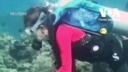 На Філіппінах дайвери намагаються очистити море від пластику та масок для обличчя. Відео