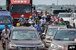 Warga yang mengungsi akibat terdampak banjir dari Jiujiang, provinsi Jiangxi tengah, China, tiba di Pulau Jiangzhouzhen dengan feri, setelah menyeberangi Sungai Yangtze, 17 Juli 2020.