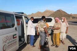 Riyadh Al-Jaridi, the Health Director of Hadramout province, gives instructions to aid workers, May 1, 2020. (Courtesy of Hadramout's health department)