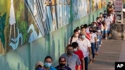 Votantes hacen fila en una mesa electoral en Guayaquil, Ecuador, en la segunda ronda comicial para elegir presidente, el domingo 11 de abril de 2021.