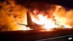 یوکرین کے ٹیلی وژن پر دکھائی جانے والی ایک ویڈیو میں طیارہ شعلوں میں لپٹا ہوا نظر آ رہا ہے۔ 25 ستمبر 2020