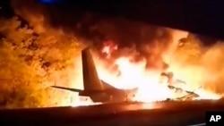 Video greb snimka ukrajinskog Ministarstva za vanredne situacije na kojoj se vidi vojni avion AN-26 u plamenu nakon pada u gradu Čugujev, u blizini Harkova, Ukrajina, 25. septembra 2020.