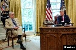 Rais Donald Trump (kulia) akizungumza na kiongozi wa waliowengi Baraza la Seneti Mitch McConnell White House in Washington, Julai 20, 2020.