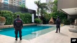 Petugas keamanan di rumah milik pengusaha Kolombia, Alex Saab di kota Barranquilla, Kolombia (foto: dok).