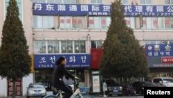 지난 4월 중국 단둥의 상점들.