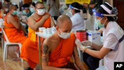 Para bhiksu Budha menerima vaksinasi massal COVID-19 di Bangkok, Thailand (foto: dok). Pemerintah AS memberikan $5 juta dolar untuk membantu Thailand mengatasi perebakan COVID-19.