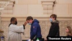 지난 17일 미국 뉴욕의 한 성당에서 '재의 수요일' 미사에 참석한 신자들이 마스크를 쓰고 있다.