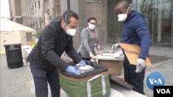 Chủ nhà hàng Luca Di Pietro (trái) giao các phần ăn miễn phí cho một bệnh viện New York.