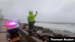 Policija poziva ljude koji ilegalno plivaju da izađu iz okeana na plažu, dok se uragan Jota približava Kartaheni u Kolumbiji, na fotografiji napravljenoj od video snimka postavljenog na društvene mreže. (Foto: Reuters)