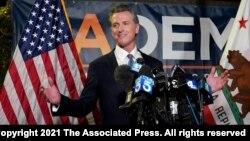 Gubernur California Gavin Newsom berbicara kepada media di Sacramento, California Selasa (14/9).