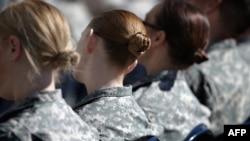 Femmes militaires assistant à la célébration par l'armée américaine du Mois de la sensibilisation et de la prévention des agressions sexuelles, au Pentagone à Arlington, en Virginie, le 31 mars 2015. (Chip Somodevilla/AFP)