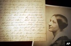 美国卡佩尔斯手稿图书馆展出的妇女投票权运动主要领袖苏珊·安东尼照片和她1898年的手写稿(2005年1月10日资料照片)