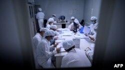 ພວກນັກຄົ້ນຄວ້າເຮັດວຽກຢຸ່ໃນຫ້ອງທົດລອງຂອງບໍລິສັດ Yisheng Biopharma ໃນນະຄອນ Shenyang ໃນແຂວງ Liaoning ທາງພາກຕາເວັນອອກສຽງເໜືອຂອງຈີນ, ວັນທີ 10 ມິຖຸນາ, 2020