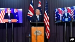 آسٹریلیا کے وزیرِ اعظم وڈیو لنک پر صدر بائیڈن اور برطانوی وزیراعظم بورس جانسن سے گفتگو کر رہے ہیں۔ (اے پی)