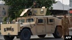 បុគ្គលិកសន្តិសុខអាហ្វហ្គានីស្ថាន ឈរយាមនៅលើរថយន្ដ Humvee នៅតាមដងផ្លូវក្នុងតំបន់ Kandahar កាលពីថ្ងៃទី១៤ ខែកក្កដា ឆ្នាំ២០២១។