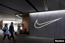 រូបឯកសារ៖ ពលរដ្ឋចិនដើរកាត់ហាងលក់ទំនិញរបស់ក្រុមហ៊ុនម៉ាក Nike នៅទីក្រុងប៉េកាំង កាលពីថ្ងៃទី ២៥ ខែមីនា ឆ្នាំ ២០២១។