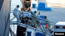 Para petugas penyelamat memindahkan seorang pasien dari kapal pesiar Zaandam milik Hollan American Line, yang terjangkit virus corona di Port Everglades, Fort Lauderdale, Florida, 2 April 2020. (Foto: REUTERS)