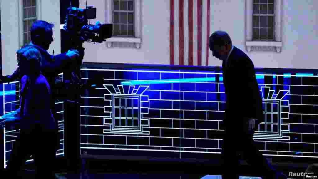 미국 민주당 대선 경선 후보인 마이클 블룸버그 전 뉴욕시장이 미국 네바다주 라스베익거스에서 열린 제9차 민주당 경선주자 TV토론회를 마친 후 무대를 내려오고 있다.