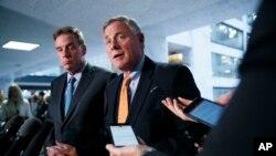 រូបឯកសារ៖ សមាជិកព្រឹទ្ធសភាពីគណបក្សសាធារណរដ្ឋលោក Richard Burr (ខាងស្តាំ) ប្រធានគណៈកម្មការស៊ើបអង្កេតព្រឹទ្ធសភា និងសមាជិកព្រឹទ្ធសភាពីគណបក្សប្រជាធិបតេយ្យលោក Mark Warner អនុប្រធានគណៈកម្មាការ ថ្លែងទៅកាន់ក្រុមអ្នកសារព័ត៌មាននៅវិមាន Capitol Hill ក្នុងរដ្ឋធានីវ៉ាស៊ីនតោន។