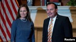 El senador republicano Mike Lee, miembro del Comité Judicial del Senado, junto a la nominada por el presidente Donald Trump para la Corte Suprema, Amy Coney Barrett, el 29 de septiembre de 2020.