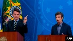 Jair Bolsonaro (esq) e Nelson Teich (dir), a 16 de abril